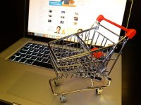 Az internetes vásárlás lehetősége egyszerűbbé tette a vásárlást.